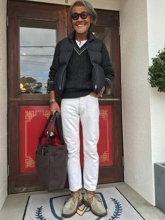 50 Jährige: Dunkelgraue gesteppte ärmellose Jacke kombinieren – 4 Herren Outfits: Kombinieren Sie eine dunkelgraue gesteppte ärmellose Jacke mit weißen Jeans für ein großartiges Wochenend-Outfit. Hellbeige Chukka-Stiefel aus Wildleder sind eine einfache Möglichkeit, Ihren Look aufzuwerten.