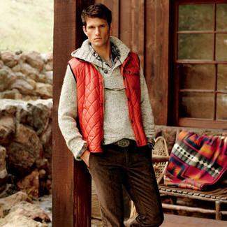 Wie kombinieren: rote ärmellose Jacke, hellbeige Pullover mit einer weiten Rollkragen, mehrfarbiges Langarmhemd mit Schottenmuster, dunkelbraune Kordjeans