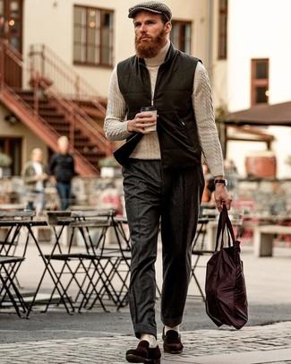 Schwarze Wollärmellose jacke kombinieren – 1 Herren Outfits: Kombinieren Sie eine schwarze Wollärmellose jacke mit einer dunkelgrauen Wollanzughose, um vor Klasse und Perfektion zu strotzen. Komplettieren Sie Ihr Outfit mit dunkelbraunen Wildleder Slippern.