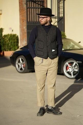 Wollärmellose jacke kombinieren – 13 Herren Outfits: Arbeitsreiche Tage verlangen nach einem einfachen, aber dennoch stylischen Outfit, wie zum Beispiel eine Wollärmellose jacke und eine beige Chinohose. Entscheiden Sie sich für schwarzen Leder Derby Schuhe, um Ihr Modebewusstsein zu zeigen.
