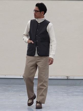 Dunkelrote Chukka-Stiefel aus Leder kombinieren – 32 Herren Outfits: Kombinieren Sie eine schwarze ärmellose Jacke mit einer hellbeige Chinohose für ein bequemes Outfit, das außerdem gut zusammen passt. Dunkelrote Chukka-Stiefel aus Leder sind eine kluge Wahl, um dieses Outfit zu vervollständigen.