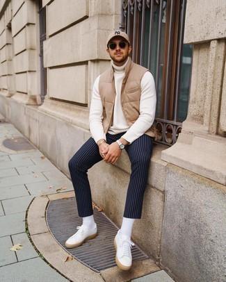 Schwarze Sonnenbrille kombinieren – 500+ Herren Outfits: Vereinigen Sie eine beige gesteppte ärmellose Jacke mit einer schwarzen Sonnenbrille für einen entspannten Wochenend-Look. Putzen Sie Ihr Outfit mit weißen Segeltuch niedrigen Sneakers.