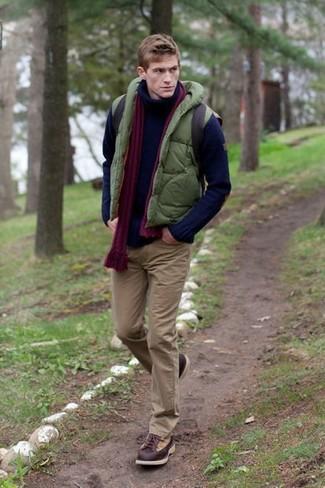 Lila Schal kombinieren: trends 2020: Tragen Sie eine olivgrüne gesteppte ärmellose Jacke und einen lila Schal für einen entspannten Wochenend-Look. Eine dunkelbraune Lederfreizeitstiefel sind eine einfache Möglichkeit, Ihren Look aufzuwerten.