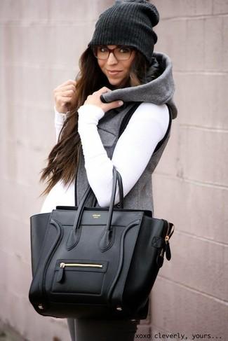 Wie kombinieren: graue ärmellose Jacke, weißer Rollkragenpullover, dunkelgraue Leggings, schwarze Shopper Tasche aus Leder