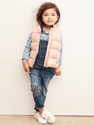 Wie kombinieren: rosa ärmellose Jacke, hellblaues Jeans Businesshemd, blaue Jeans Latzhose, weiße Turnschuhe