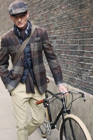 Wie kombinieren: dunkelblaue gesteppte ärmellose Jacke, braunes Wollsakko mit Schottenmuster, hellbeige Anzughose, braune Schiebermütze mit Schottenmuster