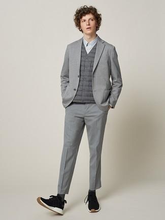 Wie kombinieren: graue ärmellose Jacke, graues Strick Sakko, graues Businesshemd, graue Anzughose