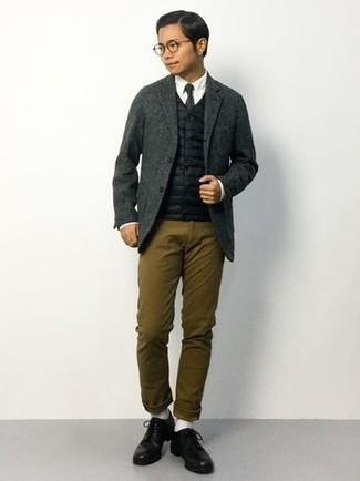 Braune Chinohose kombinieren: trends 2020: Kombinieren Sie eine schwarze gesteppte ärmellose Jacke mit einer braunen Chinohose für ein Alltagsoutfit, das Charakter und Persönlichkeit ausstrahlt. Fühlen Sie sich mutig? Ergänzen Sie Ihr Outfit mit schwarzen Leder Derby Schuhen.