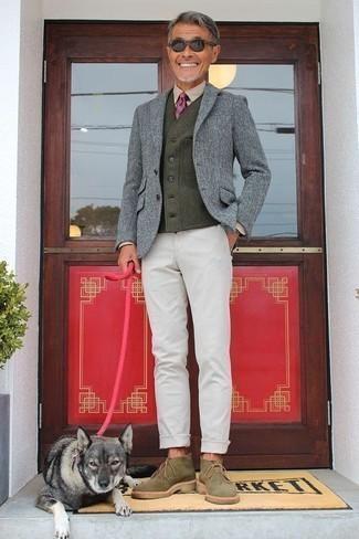 Wollärmellose jacke kombinieren – 13 Herren Outfits: Entscheiden Sie sich für eine Wollärmellose jacke und eine weiße Chinohose, um mühelos alles zu meistern, was auch immer der Tag bringen mag. Olivgrüne Chukka-Stiefel aus Wildleder sind eine ideale Wahl, um dieses Outfit zu vervollständigen.