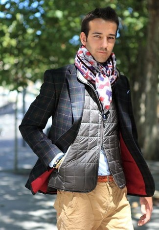 Wie kombinieren: graue gesteppte ärmellose Jacke, dunkelblaues und grünes Sakko mit Karomuster, hellblaues Businesshemd, beige Chinohose