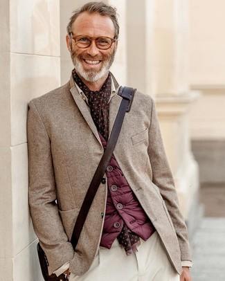 Wie kombinieren: dunkelrote ärmellose Jacke, braunes Sakko mit Fischgrätenmuster, weiße Cord Chinohose, dunkelbraune Leder Umhängetasche