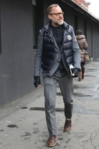 Wie kombinieren: schwarze gesteppte ärmellose Jacke, graues Wollsakko mit Fischgrätenmuster, schwarzes Langarmhemd mit Schottenmuster, graue Wollanzughose