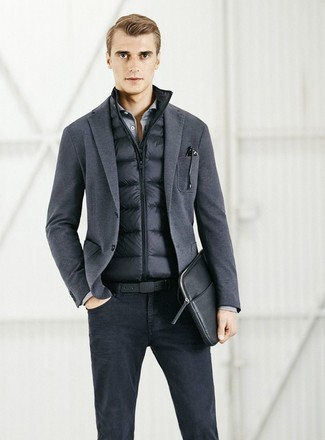 Wie kombinieren: schwarze ärmellose Jacke, dunkelgraues Strick Sakko, graues Langarmhemd, schwarze Jeans
