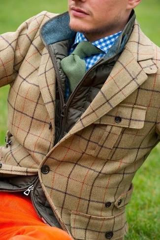 Wie kombinieren: olivgrüne ärmellose Jacke, beige Wollsakko mit Schottenmuster, weißes und blaues Langarmhemd mit Vichy-Muster, orange Kordjeans