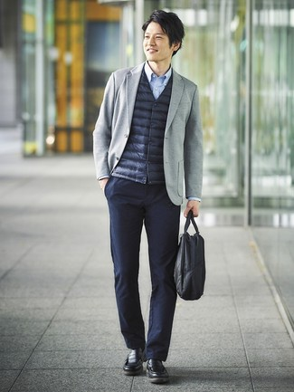 Wie kombinieren: dunkelblaue ärmellose Jacke, graues Strick Sakko, hellblaues Langarmhemd, dunkelblaue Chinohose
