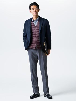 Wie kombinieren: dunkelrote ärmellose Jacke, dunkelblaues Wollsakko, blaues Langarmhemd mit Vichy-Muster, graue Anzughose