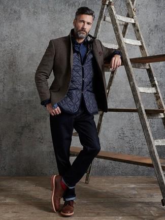 Wie kombinieren: dunkelblaue gesteppte ärmellose Jacke, dunkelbraunes Wollsakko, dunkelblaues und weißes gepunktetes Langarmhemd, dunkelblaue Jeans