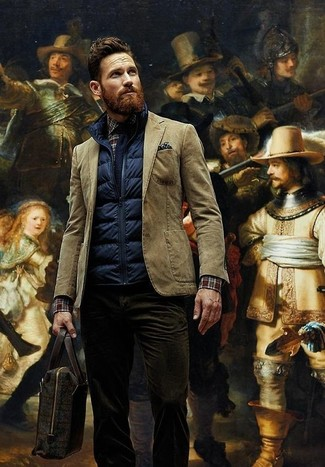 Wie kombinieren: dunkelblaue gesteppte ärmellose Jacke, braunes Baumwollsakko, dunkelbraunes Langarmhemd mit Schottenmuster, dunkelbraune Kordjeans