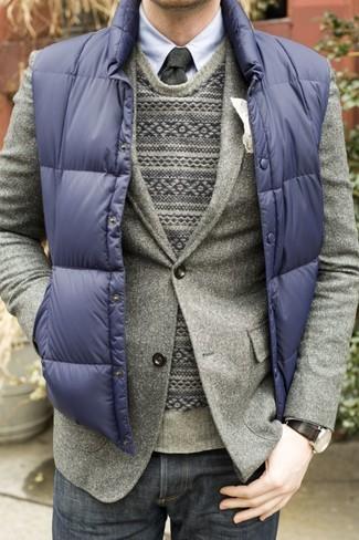 Wie kombinieren: dunkelblaue ärmellose Jacke, graues Wollsakko, grauer Pullover mit einem Rundhalsausschnitt mit Fair Isle-Muster, hellblaues Businesshemd
