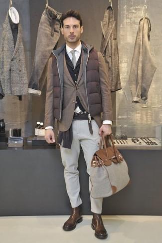 Wie kombinieren: braune gesteppte ärmellose Jacke, braunes Sakko mit Schottenmuster, dunkelbrauner Pullover mit einem Rundhalsausschnitt, schwarze Weste