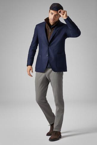 Wie kombinieren: braune ärmellose Jacke, dunkelblaues Wollsakko, dunkelblauer Pullover mit einem Rundhalsausschnitt, braunes Langarmhemd