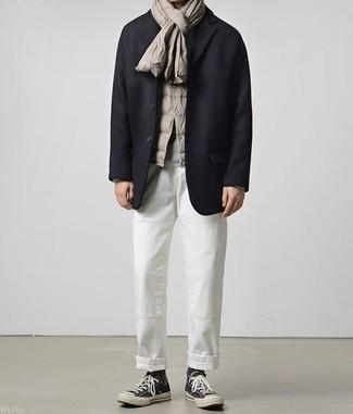 Grauen Pullover mit einem Rundhalsausschnitt kombinieren: trends 2020: Entscheiden Sie sich für einen grauen Pullover mit einem Rundhalsausschnitt und eine weiße Chinohose, um einen lockeren, aber dennoch stylischen Look zu erhalten. Warum kombinieren Sie Ihr Outfit für einen legereren Auftritt nicht mal mit schwarzen hohen Sneakers aus Segeltuch?