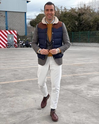 dunkelblaue gesteppte ärmellose Jacke, graues Wollsakko mit Hahnentritt-Muster, rotbrauner Pullover mit einem Rundhalsausschnitt, hellblaues Businesshemd für Herren