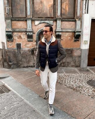 Graues Wollsakko mit Hahnentritt-Muster kombinieren – 8 Herren Outfits: Erwägen Sie das Tragen von einem grauen Wollsakko mit Hahnentritt-Muster und weißen Jeans, um mühelos alles zu meistern, was auch immer der Tag bringen mag. Graue Sportschuhe liefern einen wunderschönen Kontrast zu dem Rest des Looks.