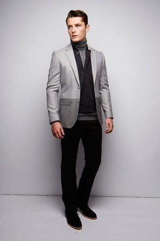 Wie kombinieren: schwarze ärmellose Jacke, graues Sakko, grauer Rollkragenpullover, schwarze Chinohose