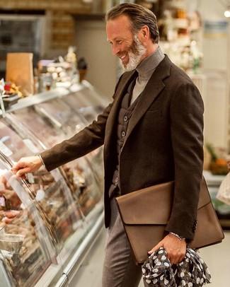 50 Jährige: Dunkelgraue gesteppte ärmellose Jacke kombinieren – 4 Herren Outfits: Geben Sie den bestmöglichen Look ab in einer dunkelgrauen gesteppten ärmelloser Jacke und einer grauen Anzughose.