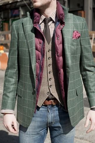 Wie kombinieren: lila gesteppte ärmellose Jacke, dunkelgrünes Sakko mit Schottenmuster, braune Wollweste, braunes Businesshemd mit Schottenmuster
