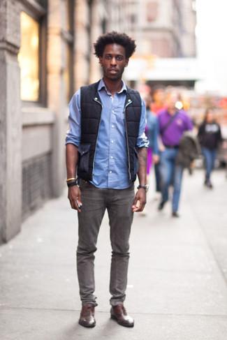 Schwarze jeans hellblaues hemd