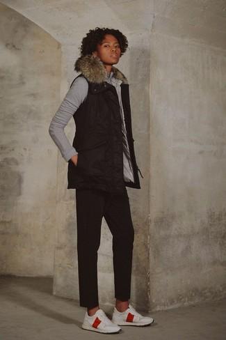 Wie kombinieren: schwarze ärmellose Jacke, graues Sweatshirt, schwarze Chinohose, weiße Sportschuhe