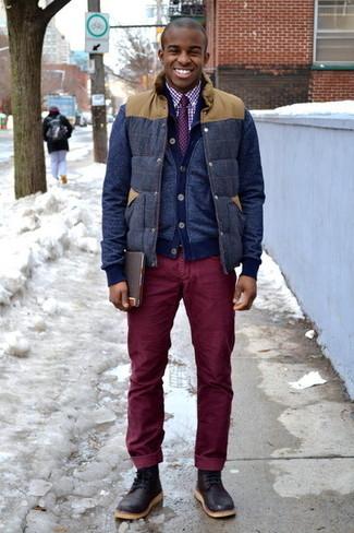 Wie kombinieren: dunkelblaue Wollärmellose jacke, dunkelblaue Strickjacke, weißes und rotes Businesshemd mit Vichy-Muster, dunkelrote Kordjeans