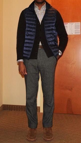 Dunkelgraue Wollchinohose kombinieren: trends 2020: Kombinieren Sie eine dunkelblaue gesteppte ärmellose Jacke mit einer dunkelgrauen Wollchinohose für ein großartiges Wochenend-Outfit. Komplettieren Sie Ihr Outfit mit braunen Wildleder Derby Schuhen, um Ihr Modebewusstsein zu zeigen.