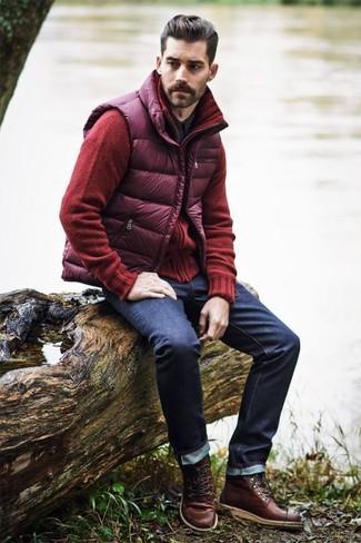 Wie kombinieren: lila gesteppte ärmellose Jacke, rote Strickjacke, schwarzes Langarmhemd, dunkelblaue Jeans