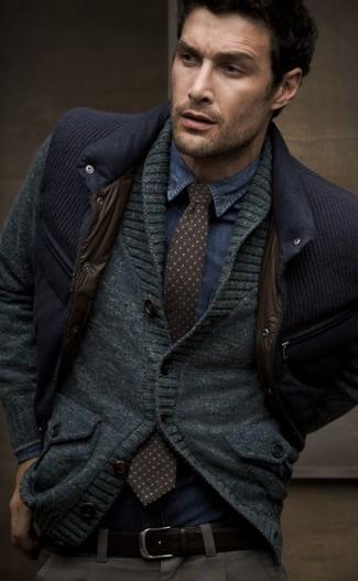 Wie kombinieren: dunkelblaue ärmellose Jacke, dunkelgraue Strickjacke mit einem Schalkragen, blaues Jeanshemd, dunkelbraune gepunktete Krawatte