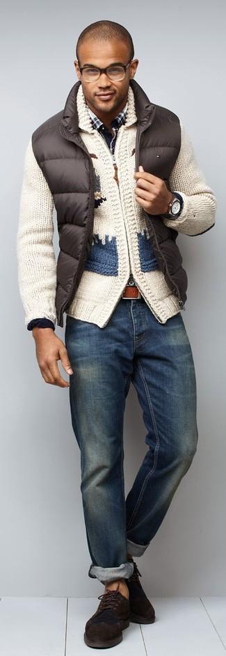 Bedruckte Strickjacke mit einem Schalkragen kombinieren: trends 2020: Paaren Sie eine bedruckte Strickjacke mit einem Schalkragen mit blauen Jeans für ein sonntägliches Mittagessen mit Freunden. Heben Sie dieses Ensemble mit dunkelbraunen Wildleder Derby Schuhen hervor.