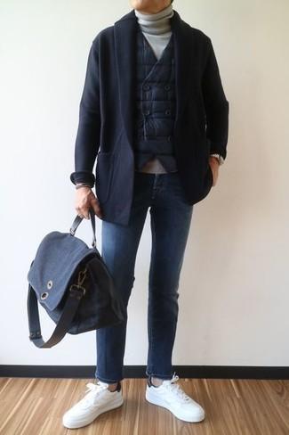 Wie kombinieren: schwarze gesteppte ärmellose Jacke, schwarze Strickjacke mit einem Schalkragen, grauer Rollkragenpullover, blaue Jeans