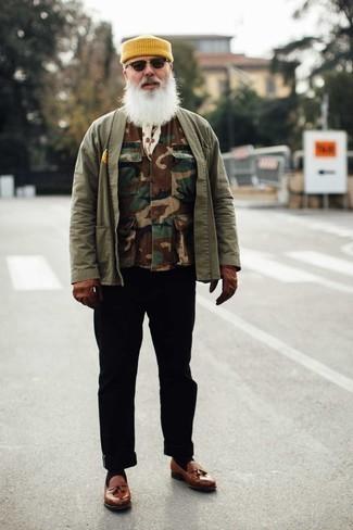 60 Jährige: Outfits Herren 2020: Kombinieren Sie eine braune Camouflage ärmellose Jacke mit einer schwarzen Chinohose für ein Alltagsoutfit, das Charakter und Persönlichkeit ausstrahlt. Fühlen Sie sich mutig? Ergänzen Sie Ihr Outfit mit braunen Leder Slippern mit Quasten.