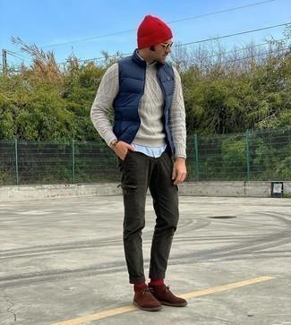Dunkelblaue gesteppte ärmellose Jacke kombinieren – 98 Herren Outfits: Kombinieren Sie eine dunkelblaue gesteppte ärmellose Jacke mit einer dunkelgrünen Cargohose für ein Alltagsoutfit, das Charakter und Persönlichkeit ausstrahlt. Wählen Sie braunen Chukka-Stiefel aus Wildleder, um Ihr Modebewusstsein zu zeigen.