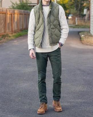 Weißen Strickpullover kombinieren – 169 Herren Outfits: Vereinigen Sie einen weißen Strickpullover mit einer dunkelgrünen Chinohose für ein sonntägliches Mittagessen mit Freunden. Vervollständigen Sie Ihr Outfit mit einer braunen Wildlederfreizeitstiefeln, um Ihr Modebewusstsein zu zeigen.