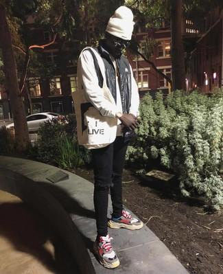 Wie kombinieren: schwarze ärmellose Jacke, weißes Sweatshirt, schwarze enge Jeans mit Destroyed-Effekten, mehrfarbige Sportschuhe