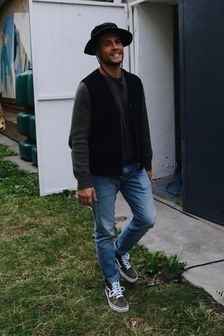 Schwarze ärmellose Jacke kombinieren – 166 Herren Outfits: Kombinieren Sie eine schwarze ärmellose Jacke mit blauen Jeans für einen bequemen Alltags-Look. Olivgrüne hohe Sneakers aus Segeltuch verleihen einem klassischen Look eine neue Dimension.