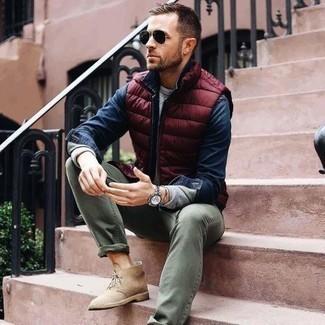 Dunkelblaues Jeanshemd kombinieren: trends 2020: Erwägen Sie das Tragen von einem dunkelblauen Jeanshemd und olivgrünen Jeans für ein großartiges Wochenend-Outfit. Vervollständigen Sie Ihr Outfit mit hellbeige Chukka-Stiefeln aus Wildleder, um Ihr Modebewusstsein zu zeigen.