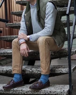 Blaue Socken kombinieren – 82 Herren Outfits: Für ein bequemes Couch-Outfit, entscheiden Sie sich für eine olivgrüne gesteppte ärmellose Jacke und blauen Socken. Wählen Sie dunkelbraunen Leder Bootsschuhe, um Ihr Modebewusstsein zu zeigen.