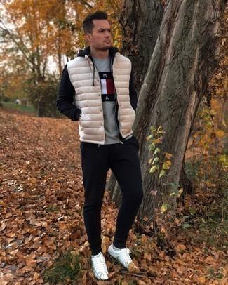 Trainingsanzug kombinieren – 134 Herren Outfits: Ein Trainingsanzug und eine hellbeige gesteppte ärmellose Jacke sind eine perfekte Wochenend-Kombination. Fühlen Sie sich ideenreich? Vervollständigen Sie Ihr Outfit mit weißen Leder niedrigen Sneakers.