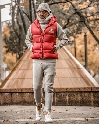 Trainingsanzug kombinieren – 37 Herren Outfits: Für ein bequemes Couch-Outfit, kombinieren Sie einen Trainingsanzug mit einer roten gesteppten ärmelloser Jacke. Putzen Sie Ihr Outfit mit weißen Segeltuch niedrigen Sneakers.