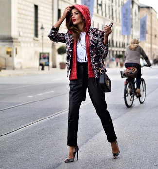 Schwarze Karottenhose kombinieren: trends 2020: Diese Paarung aus einer roten ärmelloser Jacke und einer schwarzen Karottenhose schafft die perfekte Balance zwischen einem Trend-Look und modernem Stil. Schwarze beschlagene Leder Pumps sind eine großartige Wahl, um dieses Outfit zu vervollständigen.