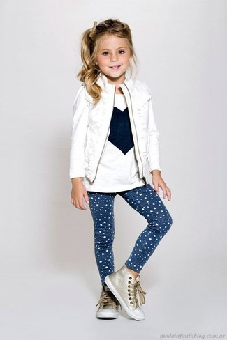 Wie kombinieren: weiße ärmellose Jacke, weißes bedrucktes Langarmshirt, dunkelblaue Leggings mit Sternenmuster, goldene Turnschuhe